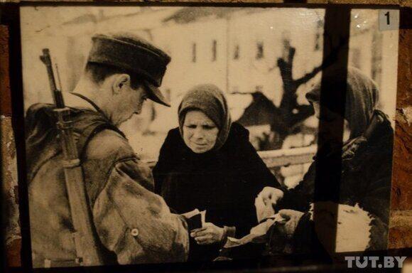 031. Немецкий патруль проверяет документв у жителей Витебска
