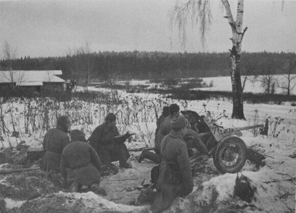 Расчет противотанковой пушки держит оборону на подступах к Москве