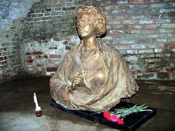 035 Памятник Вере Хоружей в тюрьме СД в Витебске