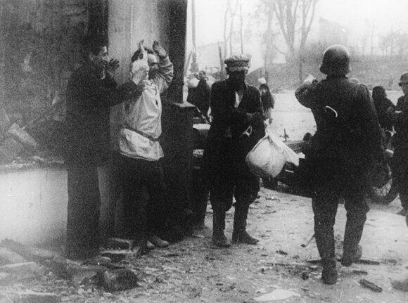 039 Гитлеровцы арестовывают мирных граждан в Витебске. 1941 год.